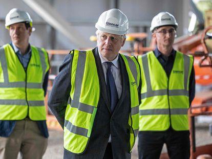 Boris Johnson visitaba este viernes un centro de producción de vacunas en Didcot (Inglaterra).