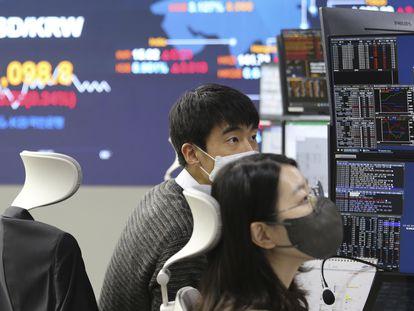Corredores de Bolsa en Seúl el pasado 14 de enero.