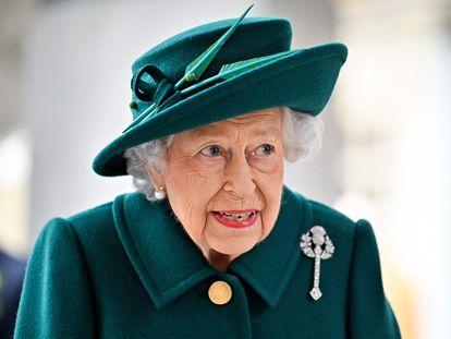 La reina Isabel II, a su llegada a la apertura del Parlamento escocés en Edimburgo.