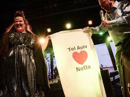 El alcalde de Tel Aviv, Ron Huldai, celebra con Netta Barzilai la victoria israelí en Eurovisión 2018 en una plaza de la ciudad, el pasado mes de mayo.