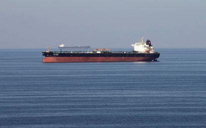 Un petrolero cruza el pasado mes de diciembre el estrecho de Ormuz.