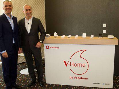 De izquierda a derecha, Celestino García (Samsung) y Antonio Coimbra (Vodafone), en la presentación del acuerdo, en el MWC18 de Barcelona.