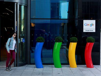 Una mujer sale de la sede de Google en Dublín (Irlanda), en una imagen de archivo.