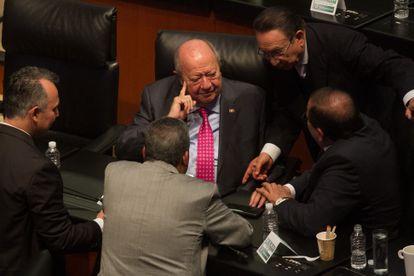 Carlos Romero Deschamps en la sesión en la Cámara de Senadores.