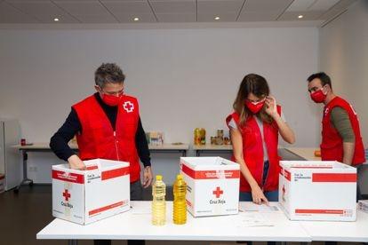 Penélope Cruz y Alejandro Sanz participan en una jornada de preparación y entrega de kits de alimentación e higiene de Cruz Roja PENÉLOPE CRUZ;ACTRIZ;ALEJANDRO SANZ;CANTANTE;CRUZ ROJA;ALIMENTOS;AYUDA;SOLIDARIDAD;29 DICIEMBRE 2020 Europa Press 29/12/2020