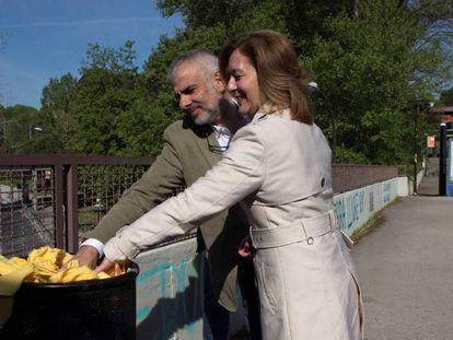 FOTO: Carlos Carrizosa y Carina Mejías retiran lazos amarillos de la UAB. / VÍDEO: Los incidentes en la UAB la semana pasada.