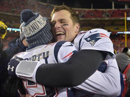 Brady celebra con McCourty la victoria.