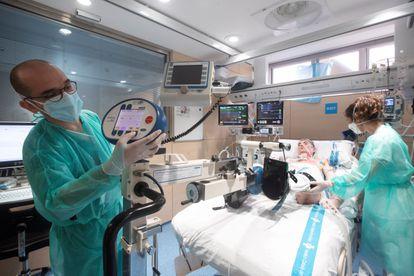 Jordi Soriano, de 51 años, es el primer paciente de covid en España al que se ha sometido con éxito a un trasplante pulmonar, tras contagiarse en la tercera ola y permanecer más de cuatro meses en la UCI.