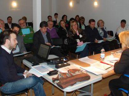 Carromero (izquierda) proyecta diapositivas en una conferencia de la edil Begoña Larrainzar en Arganda, el pasado febrero.