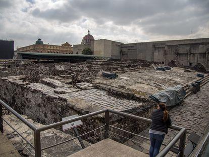 Una mujer visita las ruinas de Templo Mayor en Ciudad de México en 2019.