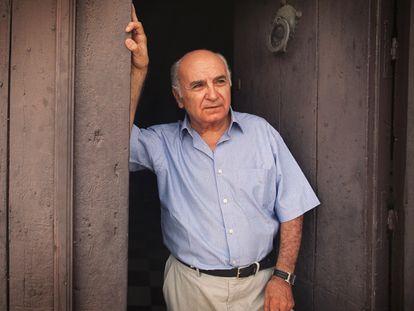 El poeta Francisco Brines, en la puerta de su casa en 2003.
