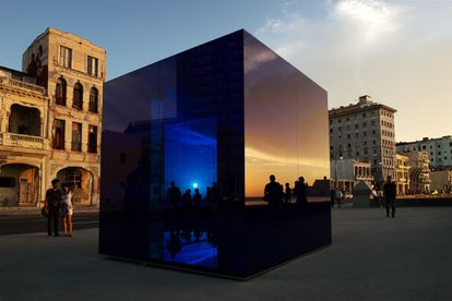"""""""Cubo Azul"""", con espejo de seguridad laminado, cristal de seguridad laminado. 2015  12 Bienal de La Habana, Cuba 2015"""