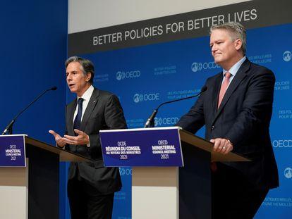 El secretario de Estado estadounidense, Antony Blinken, junto al secretario general de la OCDE, Mathias Cormann, tras la Reunión Ministerial del organismo, este miércoles.