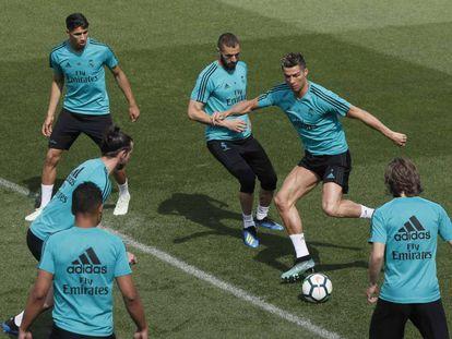 Cristiano Ronaldo controla el balón en el entrenamiento de este viernes.