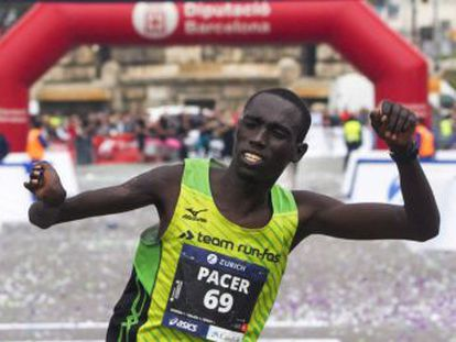 El keniano Kipkemoi sorprende a los favoritos y la etíope Helen Bekele bate el récord de la prueba en categoría femenina