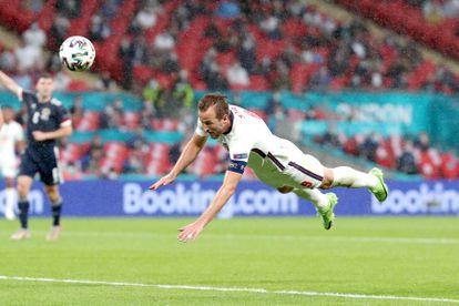 Harry Kane remata contra Escocia en Wembley.