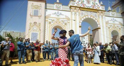 La secretaria general de Podemos, Teresa Rodríguez, baila sevillanas con un trabajador de Telefónica, en la Feria de Sevilla.