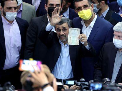 El expresidente iraní Mahmud Ahmadineyad muestra su identificación al inscribirse este miércoles como candidato para las elecciones del próximo 18 de junio.