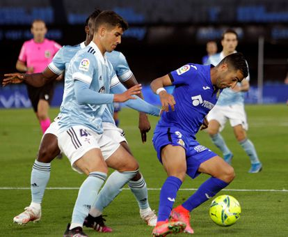 Carlos Domínguez pelea un balón con el delantero del Getafe, Ángel