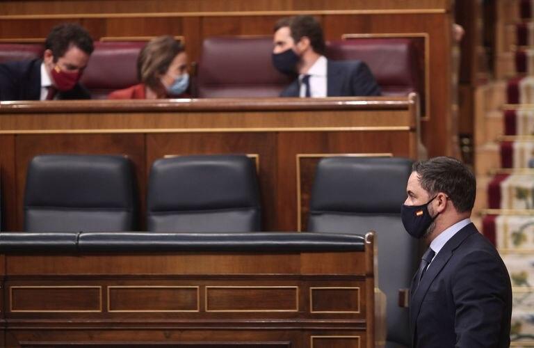 El presidente de Vox, Santiago Abascal, pasa por delante de la bancada del líder del PP, Pablo Casado, en la moción de censura de Vox.