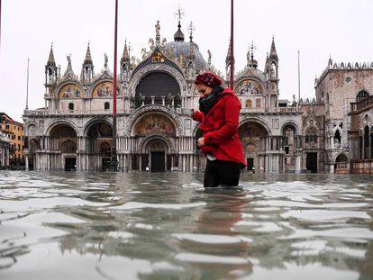 Una mujer en la plaza de San Marcos de Venecia, en noviembre, cuando sufrió la mayor inundación desde 1966.