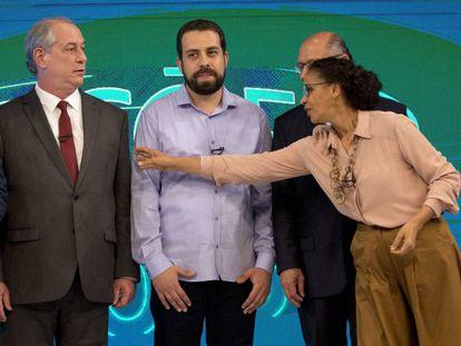 El candidato de centro-izquierda Ciro Gomes (izquierda) observa cómo la evangelista Marina Silva intenta atraer su atención durante el debate presidencial del pasado 4 de octubre