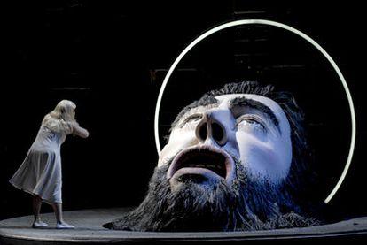 Dos momentos de la representación el sábado de <i>Salomé: </i>a la izquierda, la soprano Emily Magee; y abajo, Magee junto a Stieg Andersen (Herodes).