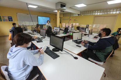 Una profesora y sus alumnos en un aula del instituto de Madrid.