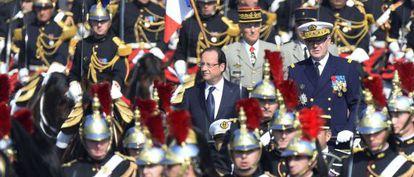 François Hollande pasa revista en el desfile militar en los Campos Elíseos.