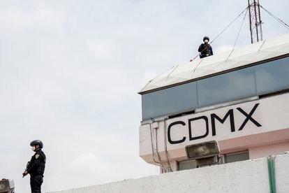 Policías de Ciudad de México custodian la base del grupo cóndores ante la llegada del Secretario de Seguridad Pública Omar García Harfuch el día 11 de junio de 2021.
