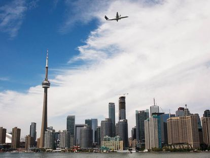 Vista de la Torre CN, la quinta más alta del mundo e icono de Toronto, Canadá.