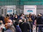 DVD1046 (09/04/2021) Personas hacen cola para ser vacunadas en el Winzik center en Madrid.