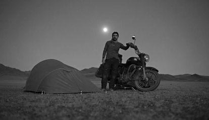 Walter Astrada posa con su moto en Mongolia.