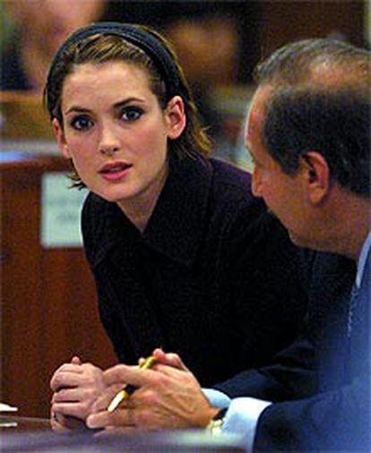 Winona Ryder escucha al jurado junto a su abogado.