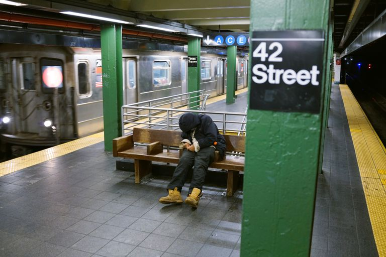 Una persona sin hogar en el Metro de Nueva York.