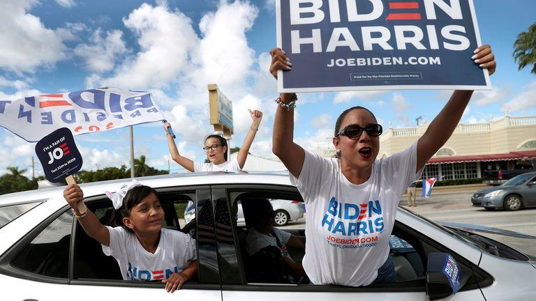 Seguidores del tándem Joe Biden-Kamala Harris, durante un mitin en Miami.