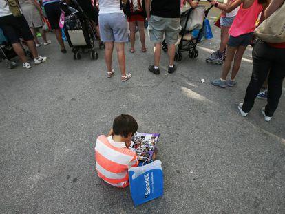 Un niño lee en la Feria del Libro de 2018.