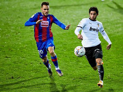 Gonzalo Guedes y Rober Correa pugnan por el balón