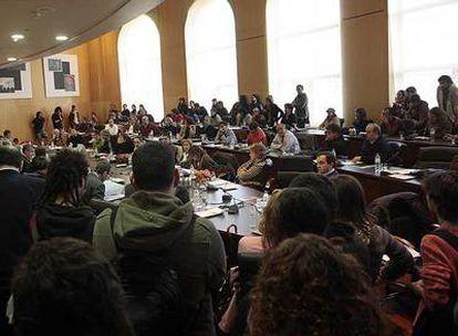 Estudiantes contrarios a Bolonia irrumpen en la reunión de la junta de gobierno de la Universidad de Valencia.