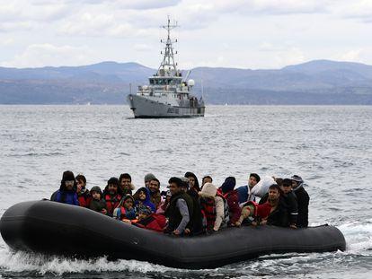 Migrantes llegan a la isla griega de Skala Sikaminias acompañados de un barco de Frontex, después de cruzar el mar Egeo desde Turquía, en febrero de 2020.
