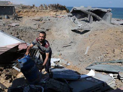 Un palestino inspecciona una base de Yihad islámica destruida durante los bombardeos israelíes, en la franja de Gaza.