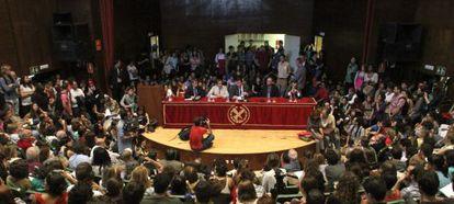Carrillo, en la asamblea de estudiantes en el Paraninfo de Filosofía.