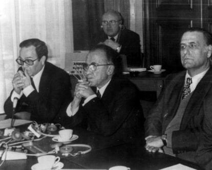 José Vidal-Beneyto (izquierda), junto a Santiago Carrillo durante una reunión de la Junta Democrática en 1975 en París, en la que participa Rafael Calvo Serer.