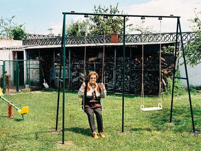 La reina de la novela romántica española, María del Socorro Tellado López, 'Corín Tellado' (El Franco, 1927 - Gijón, 2009), en su casa asturiana. Mordzinski la conoció por casualidad en la peluquería gijonesa donde había ido a cumplir su ritual de arreglarse la barba en la víspera de una exposición.