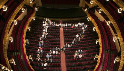 Alcaldes y regidores de los municipios que participan en el Liceo a la Fresca dibujan la silueta de Cataluña y Menorca en el teatro.
