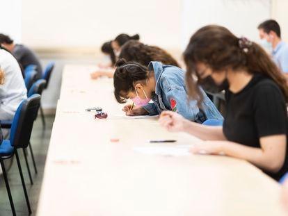 Varios alumnos se examinan de Selectividad en el campus de la Merced de la Universidad de Murcia, este martes.