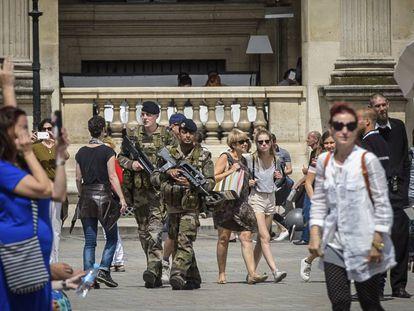 Varios soldados patrullan las calles de Niza.