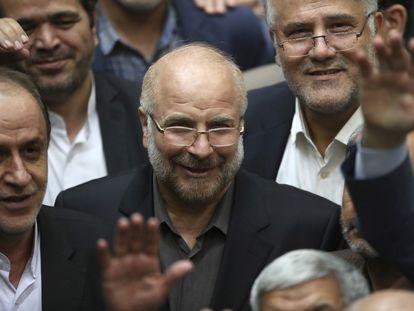 El presidente del Parlamento iraní, Mohammad Bagher Ghalibaf, rodeado de diputados tras su elección para dirigir la Cámara.