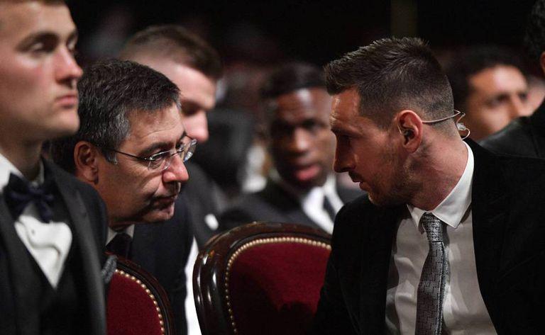Bartomeu conversa con Messi en la última gala del Balón de Oro.