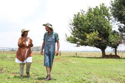 Tepsy Ntseoane charla con Hannes Kruger, el único trabajador blanco de los seis que emplea en su granja, a unos 60 kilómetros de Johannesburgo.